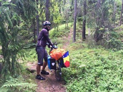 Povestea stomatologului care străbate Europa pe bicicletă
